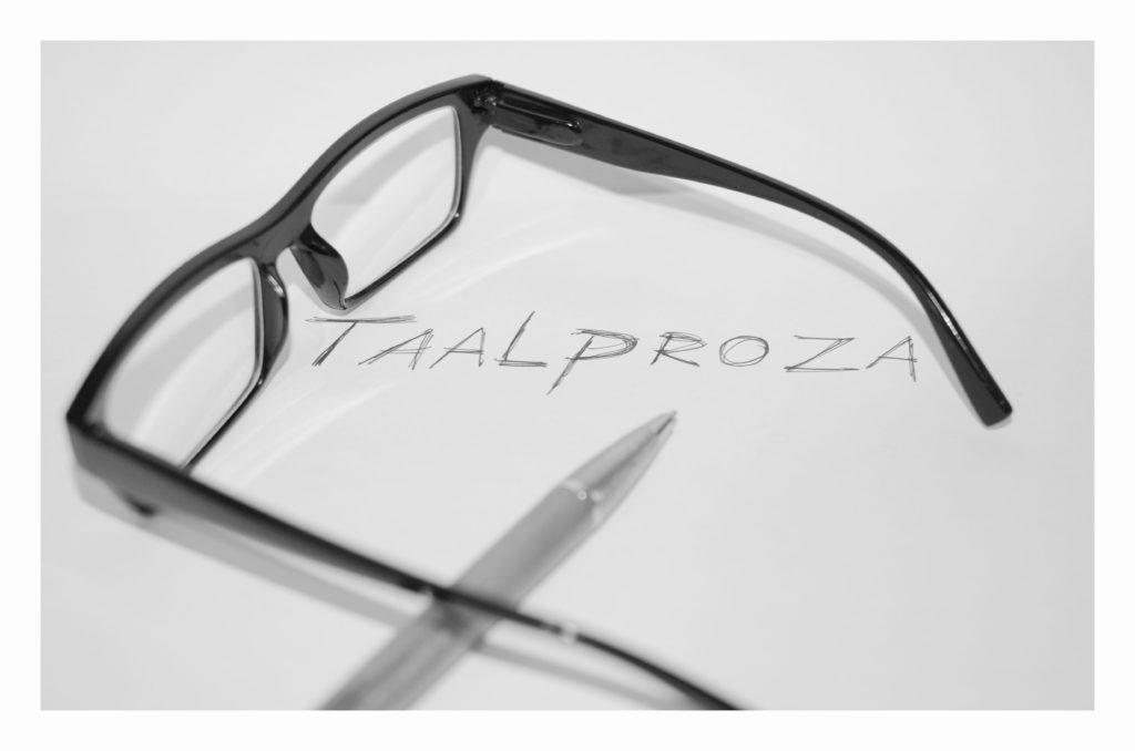Afbeelding van een bril, een pen, en een wit vel met daarop geschreven: Taalproza